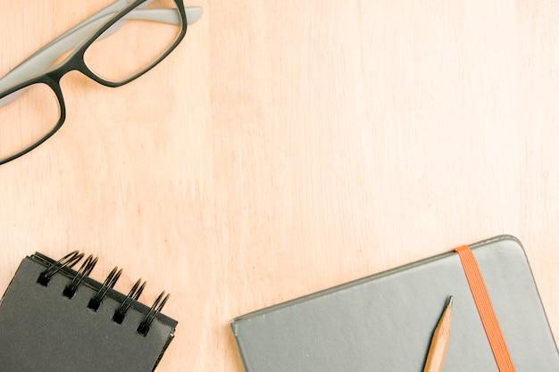 안경 및 나무에 노트북과 갈색 연필입니다. 평면도, 평면 위치 개념.