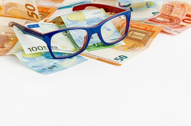 メガネとユーロ通貨。コピースペース。ファイナンスの概念。