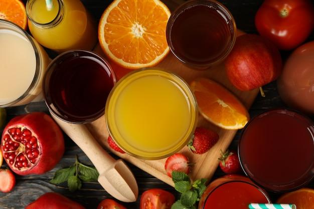 さまざまなジュースのグラスと瓶