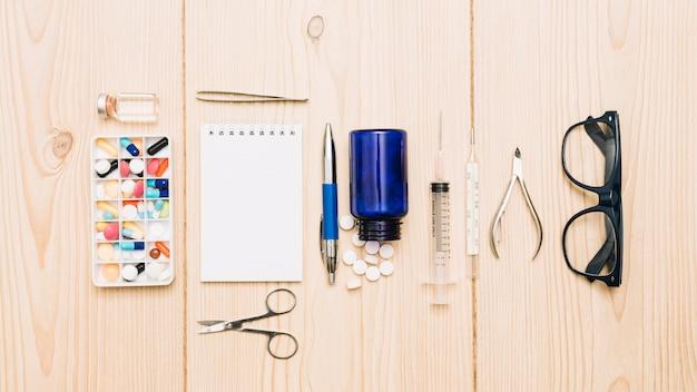 Очки и ноутбук рядом с лекарствами