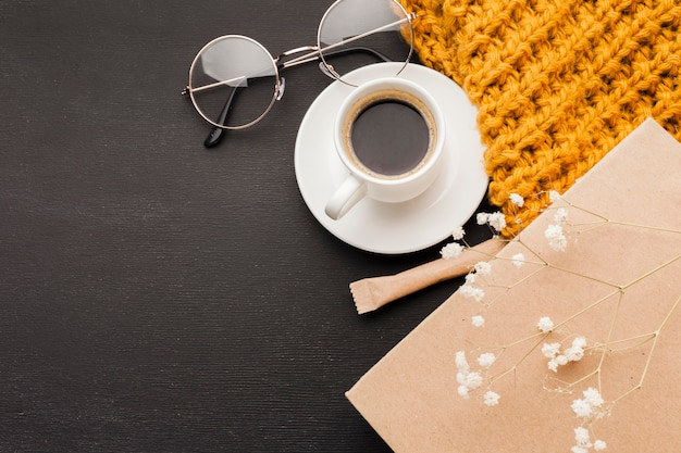 Очки рядом с чашкой кофе