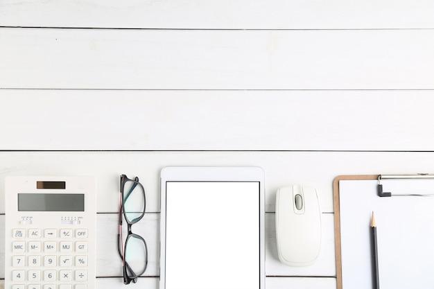 Очки, калькулятор и планшет на белом фоне аккуратный стол