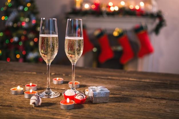 Vetri di champagne con candele rosse che brucia