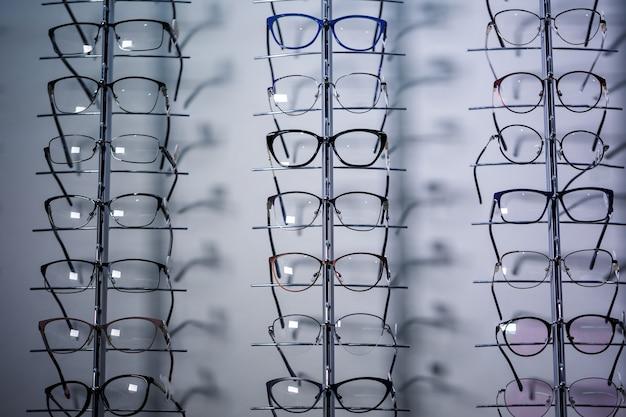 大型ディスプレイの視力を改善するためのメガネ