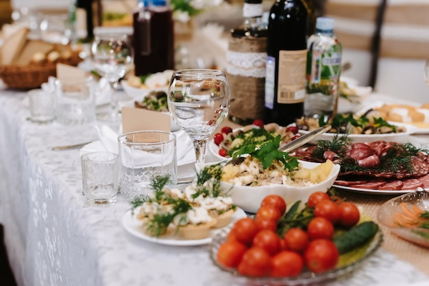 Бокалы для вина и напитков на накрытом праздничном столе в ресторане