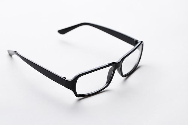 空の白い背景のメガネ