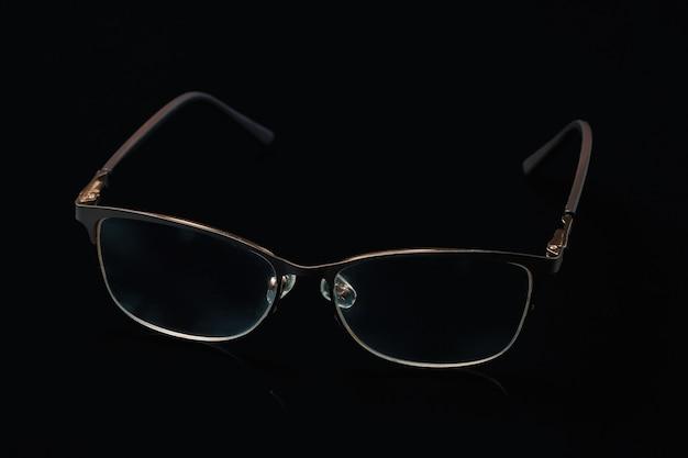 Очки в модной оправе на черном фоне