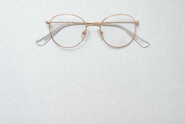 Очки, изолированные на белом фоне