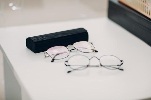 Очки линзы на столе. очки прозрачные диоптрийные