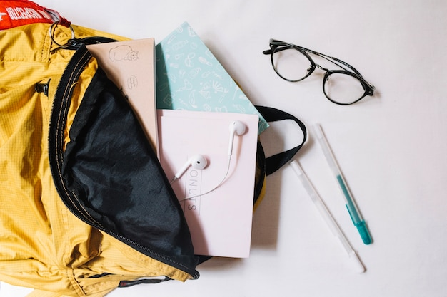 Occhiali vicino zaino con notebook