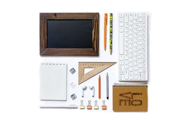 白い背景の上のメガネメモ帳キーボードとマウスタブレットヘッドフォンノートブック学用品
