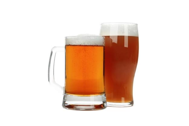 Бокалы пива, изолированные на белом фоне