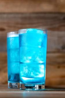 블루 라군 나무 테이블에 칵테일 잔