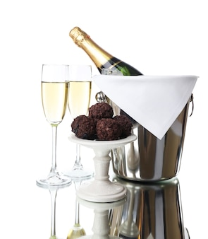 明るい背景にシャンパンとペール缶のボトルのグラス