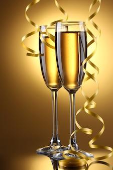 Бокалы шампанского и серпантин