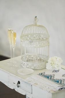 Бокалы шампанского, клетка, свадебное полотенце