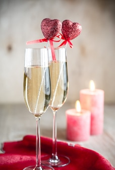 聖バレンタインの日にキャンドルライトでシャンパングラス