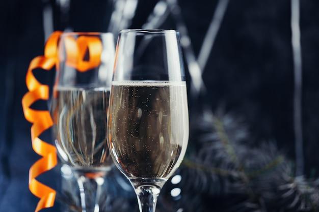 Бокалы шампанского на украшенном рождественском столе