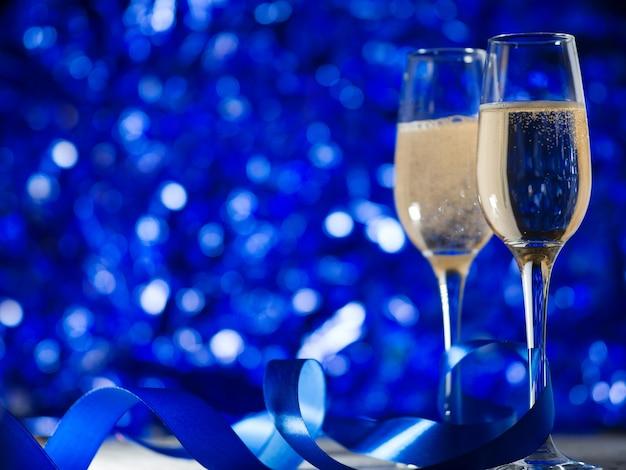 お祝いの青い装飾にシャンパングラス