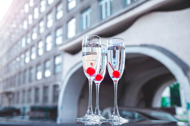 Бокалы с шампанским на городской застройке