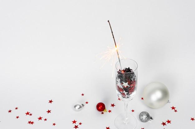 Бокалы шампанского с конфетти в форме звезд и бенгальского огня