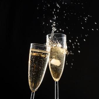 スプラッシュとシャンパンのグラス