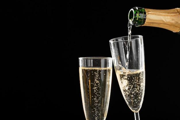 ボトルとシャンパングラス