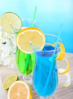 밝은 파란색 테이블에 칵테일 잔