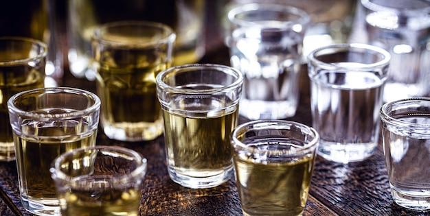 주류, 보드카, 럼, 위스키, 버몬트, 코냑, 브라질 카샤 사 및 브랜디와 같은 다양한 증류주 잔