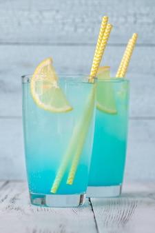 レモン添えの電気レモネードカクテルのグラス