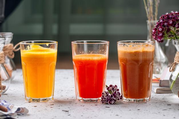 Очки свежего фруктового сока на светлом фоне