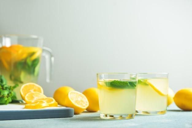 テーブルの上の新鮮なレモネードのグラス