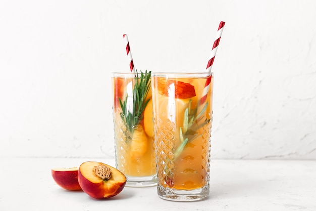 テーブルの上の新鮮な桃のレモネードのグラス