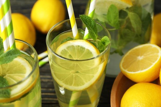 Стаканы свежего летнего лимонада, крупным планом