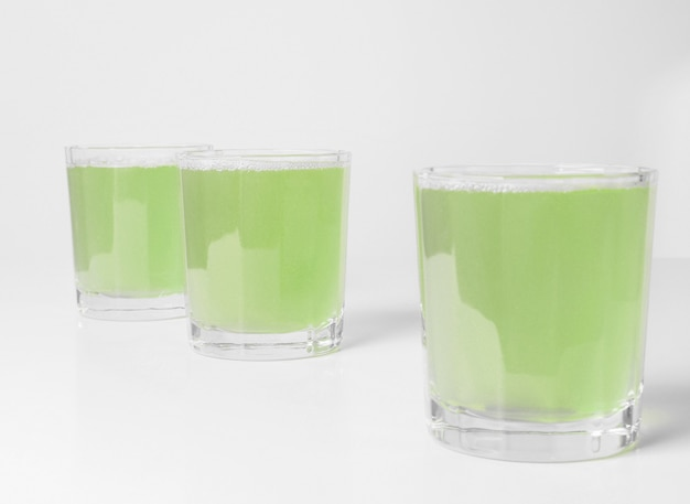 유럽식 아침 식사 테이블에 녹색 사과 주스 한 잔