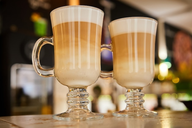 Стаканы горячего кофе латте в баре