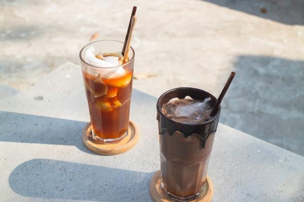 角氷と淹れたてのコーヒーのグラス