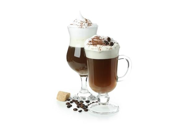 Стаканы ирландского кофе, изолированные на белом фоне