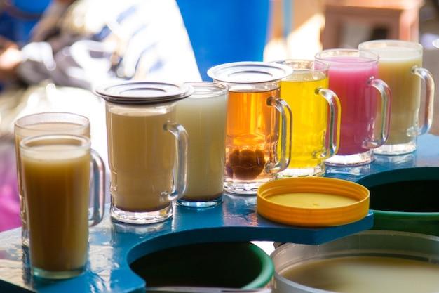 볼리비아 수크레 시장에서 줄지어 있는 주스 한 잔