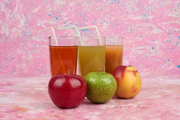 リンゴと桃のジュースのグラス。