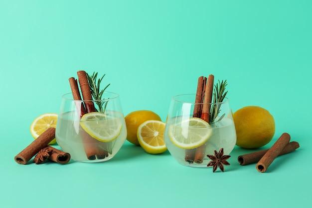 ミントの表面にシナモンとローズマリーのレモネードのグラス