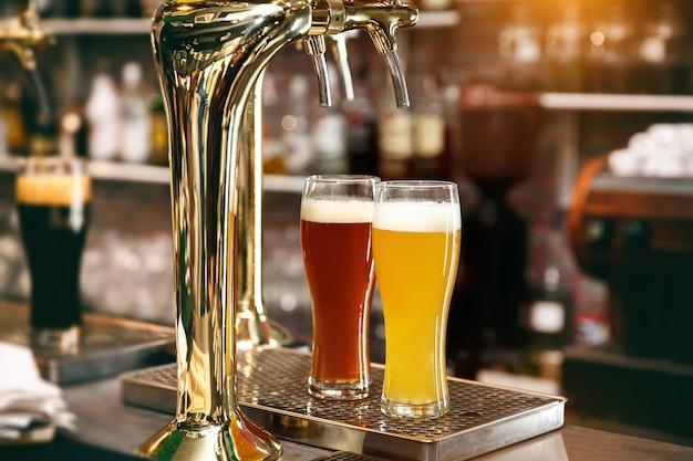 Бокалы светлого пива и красного эля в пабе