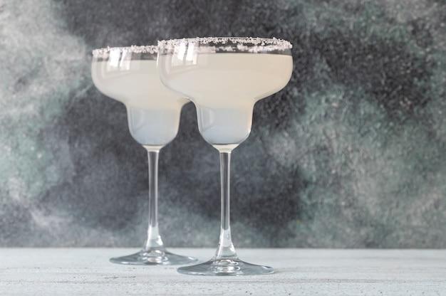 Стаканы коктейля маргарита, украшенные соляной каймой