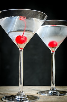 Бокалы коктейлей мартини с вишней