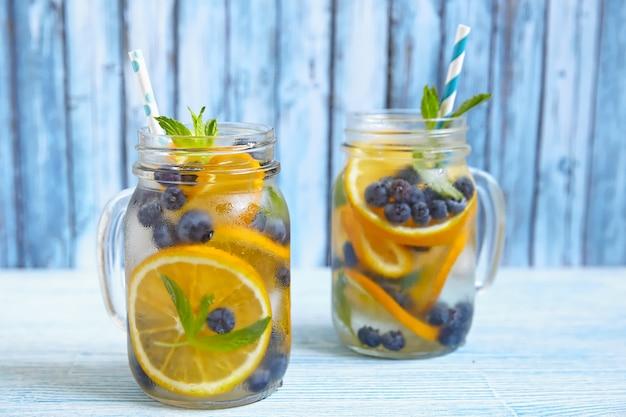 オレンジとブルーベリーのデトックス水のグラス