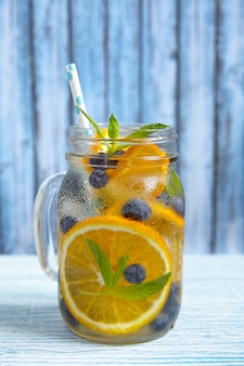 Очки апельсиновой и черничной воды детокс Premium Фотографии