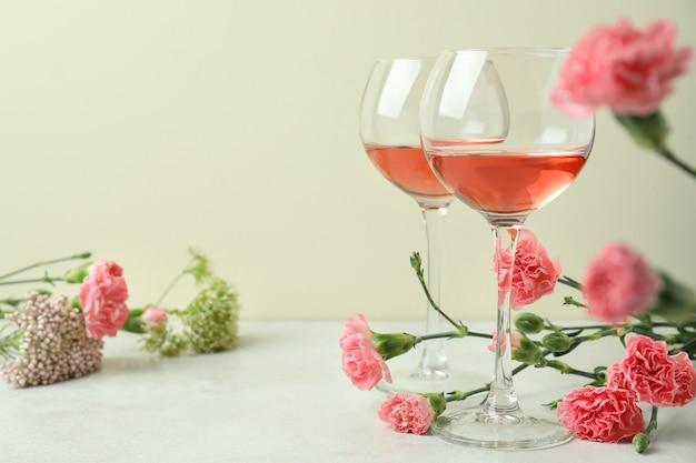 핑크 와인과 아름다운 꽃 잔