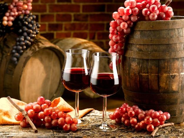 Бокалы с красным вином в дегустационном погребе