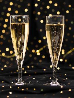 輝くシャンパンのグラス