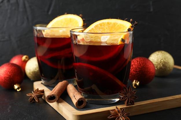 맛있는 mulled 와인과 크리스마스 싸구려의 안경 가까이